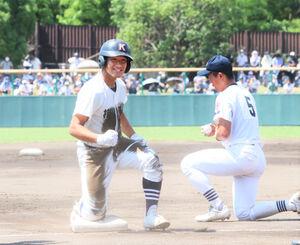 2回に先制三塁打を放ち、ベース上でガッツポーズを見せる掛川西・中山