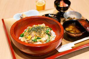 豊島将之叡王が注文した「軍鶏親子丼」とアイスレモンティー(日本将棋連盟提供)