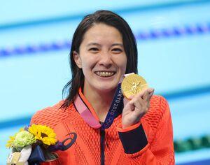 決勝)女子400m個人メドレー 表彰式で金メダルを手に笑顔を見せる大橋悠依