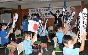 水谷・伊藤組の勝利を喜ぶ少年団の選手たち