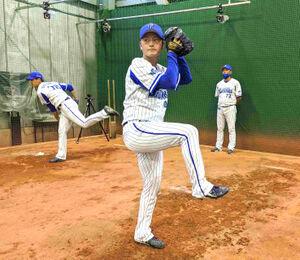 ブルペンで投球練習するDeNA・砂田毅樹