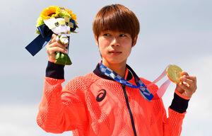 表彰式で金メダルを手にする堀米雄斗(ロイター)