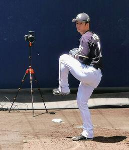 1軍の練習に参加した斎藤はブルペンで投球練習した