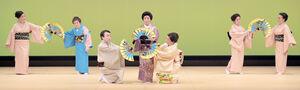 白鷺流「夏の舞踊会」で踊りを披露する家元・白鷺龍美さん(中央)