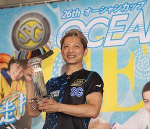 優勝杯を手にする浜野谷憲吾(カメラ・谷口 健二)
