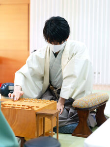 初手を指す藤井聡太二冠(日本将棋連盟提供)