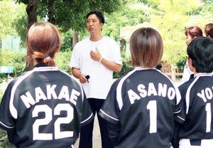 タイガースWomenを視察した藤川球児SA(鳴尾浜臨海公園野球場で)