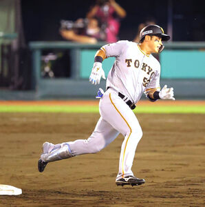 5回2死、北村拓己が右翼へ三塁打を放ち二塁ベースを蹴る