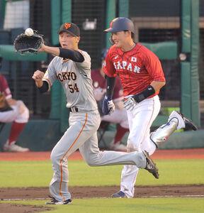 3回1死、一塁手・中島宏之から送球を受ける直江大輔(左)と激走する源田壮亮