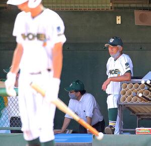 選手たちの自主性に任せ、自らはじっと戦況を見つめる昌平の黒坂洋介監督。元社会人野球・シダックス選手