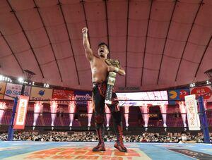 棚橋弘至を下し、IWGP世界ヘビー級王座初防衛を果たした鷹木信悟(新日本プロレス提供)