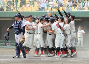 サヨナラ勝ちで優勝を決め喜ぶ日大東北の選手たち
