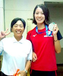 世界水泳で取った銀メダルを手にする大橋と、田中二三代さん(田中さん提供)