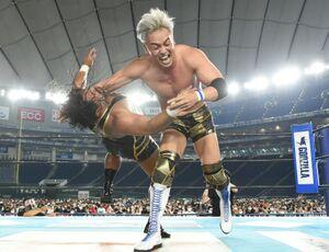 ジェフ・コブに引き込み式のラリアットを叩き込んだオカダ・カズチカ(新日本プロレス提供)