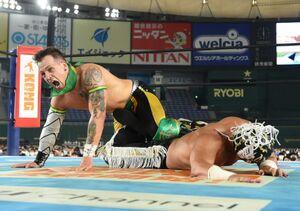 エル・デスペラード(右)を下し、IWGPジュニア王座初戴冠を果たしたロビー・イーグルス(新日本プロレス提供)