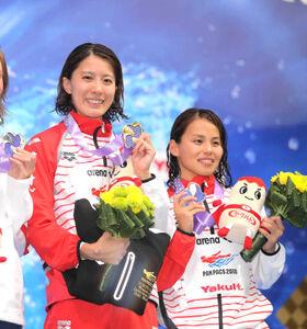18年のパンパシフィック水泳選手権、女子400メートル個人メドレーで金メダルの大橋(左)と銅メダルの清水咲子さん