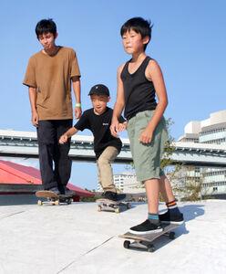 堀米の金メダルに刺激を受けたという嘉藤田悠さん(左)と弟の涼君(右)、友人の伴野琥太郎君