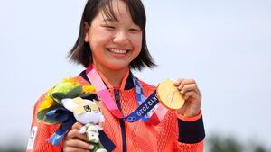 金メダルを手に笑顔の西矢(ロイター)