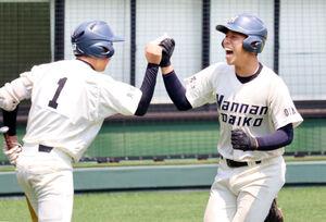 5回先頭で先制弾を放った阪南大高・桃田一輝捕手(右)。左は斎藤投手
