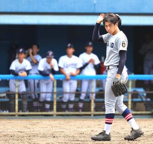 5回2死満塁、横浜創学館・斉藤慶太朗に適時三塁打を浴び肩を落とす慶應義塾・前田晃宏
