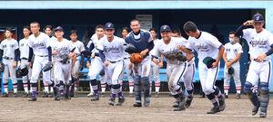 決勝進出を決め笑顔を見せる横浜創学館ナイン