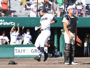 北海道栄戦の9回表、決勝のホームを踏む北海の木村大成投手(左)