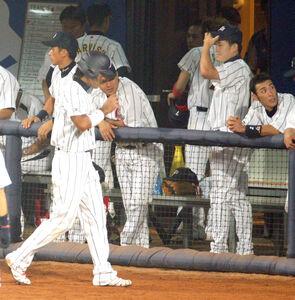 北京五輪・野球1次リーグ。日本・米国。米国に敗れ、肩を落とす稲葉篤紀(手前左)と田中将大(右から2人目)。右は荒木雅博