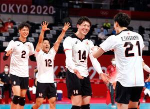 カナダに勝ち喜ぶ石川祐希(右から2人目)ら選手たち(ロイター)