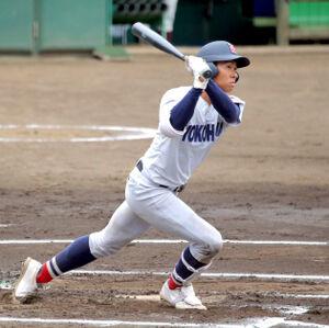 6回1死一、二塁、右翼線に適時二塁打を放つ横浜・金井