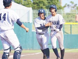 9回1死満塁、右中間にサヨナラ打を放った阿南光・矢野(右)は大喜びのナインに迎えられた(カメラ・水納 愛美)