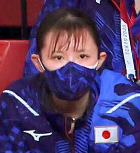 スタンドから水谷隼・伊藤美誠ペアの試合を見守る早田ひな