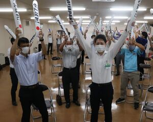 水谷・伊藤ペアの快挙に沸く(左から)磯部教諭、草地市長ら磐田市の関係者