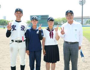 マネジャーを務める弘前学院聖愛・原田監督(左)の娘・南七海さん(左から2人目)と太田部長(右)の娘・百合子さんの2組の親子