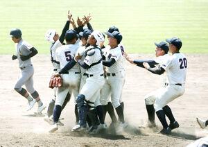 甲子園出場を決めた弘前学院聖愛ナインは、マウンドに集まり喜ぶ