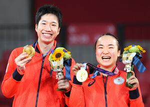 金メダルを獲得し表彰式で笑顔を見せる(左から)水谷隼、伊藤美誠組