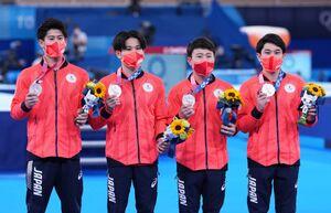 銀メダルを手にする(左から)橋本大輝、萱和磨、北園丈琉、谷川航