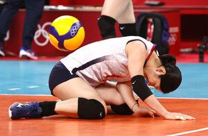 セルビアにストレート負けした日本。荒木絵里香はコートに座り込みガックリ(ロイター)