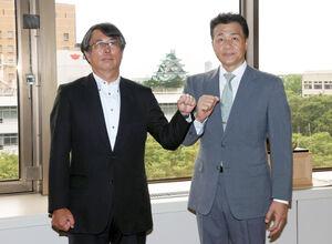 中日・大島オーナー(左)に前半戦の報告をした与田監督(右)