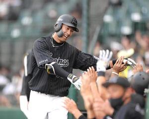 右越えソロ本塁打を放ち、ベンチ前で笑顔を見せる高浜卓也