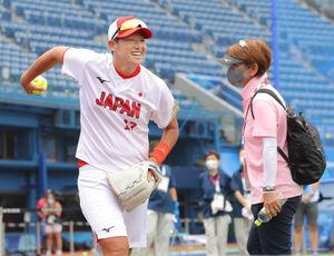 上野由岐子(左)