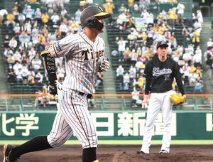 初回、ロッテ・佐々木朗希(右)から先制の左越え2ランを放った阪神・佐藤輝明(左)