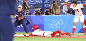 日本の4回2死一、三塁。渥美万奈が二塁への適時内野安打を放つ(カメラ・竜田 卓)