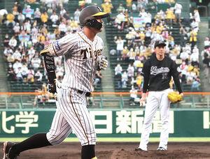 初回、ロッテ・佐々木朗希(右)から左越え2ランを放った阪神・佐藤輝明(左)