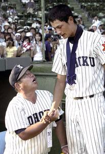 2003年8月23日、夏の甲子園決勝で惜敗し、涙のダルビッシュ(右)をねぎらう東北・若生監督