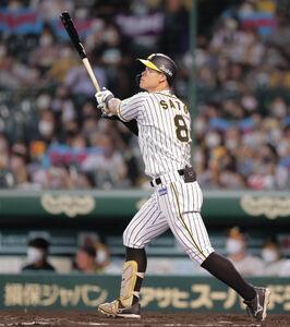 8回1死一塁、佐藤輝明が勝ち越しとなる中越え2ラン本塁打を放つ