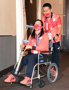 一夜明け会見を終えた女子重量挙げの安藤美希子は車いすに乗って会見場を後にする(代表撮影)