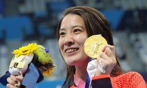 女子200m個人メドレー メダルセレモニーで金メダルを手に笑顔を見せる大橋悠依 (カメラ・竜田 卓)