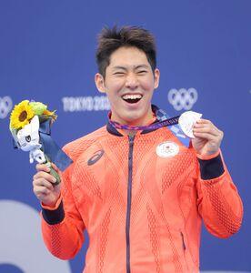 男子200mバタフライ 銀メダルを手に笑顔の本多灯(カメラ・竜田 卓)