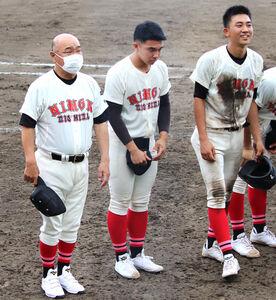 日大三島を率いる永田監督(左)