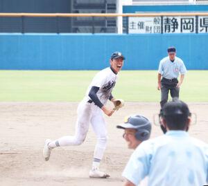 8回2死二塁で三振を奪い、雄たけびを上げる静岡・高須